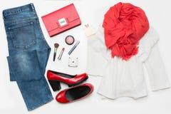 Nuevo busque a la mujer de moda hermosa Vaqueros clásicos, zapatos superiores y rojos del blanco, embrague Endecha plana Visión s Foto de archivo