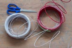 Nuevo cableado eléctrico en el fondo de madera del piso Imagen de archivo libre de regalías