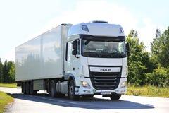 Nuevo camión de la DAF XF semi en el camino en verano Foto de archivo