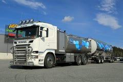 Nuevo camión de petrolero de Scania que transporta la leche Imagen de archivo libre de regalías