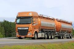 Nuevo camión del tanque de la DAF XF en el movimiento Fotografía de archivo