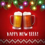 Nuevo cartel feliz de las tazas de cerveza en un fondo del suéter de la Navidad Imagenes de archivo