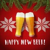 Nuevo cartel feliz de los vidrios de cerveza en un fondo del suéter de la Navidad Foto de archivo libre de regalías