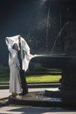 Nuevo-casese los pares en Praga en la fuente del canto Fotos de archivo