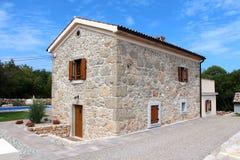 Nuevo chalet mediterráneo moderno construido en el estilo de piedra tradicional rodeado con grava decorativa y tejas de piedra al foto de archivo