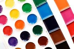 Nuevo children& x27; pinturas coloridas de la acuarela de s aisladas en blanco Imagen de archivo libre de regalías