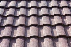 Nuevo cierre marr?n de la teja de tejado para arriba Textura del fondo Contraste de la altura fotos de archivo