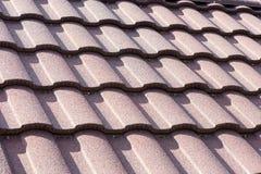 Nuevo cierre marr?n de la teja de tejado para arriba Textura del fondo Contraste de la altura foto de archivo libre de regalías