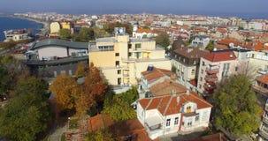 Nuevo cine central entre edificios viejos en el Pomorie búlgaro metrajes