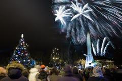 Nuevo clebration de 2019 años en el viejo centro de ciudad Invierno y fuegos artificiales Foto urbana 2019 del viaje fotografía de archivo