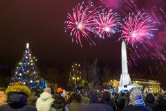 Nuevo clebration de 2019 años en el viejo centro de ciudad Invierno y fuegos artificiales Foto urbana 2019 del viaje imagen de archivo