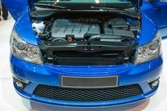 Nuevo coche azul en la demostración de motor Imágenes de archivo libres de regalías