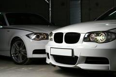 Nuevo coche blanco en fondo negro Imagenes de archivo