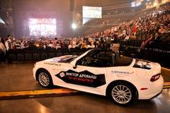Nuevo coche como premio para el ganador de lotería durante el 50.o concierto del cumpleaños del año de Viktor Drobysh en Barclay  Imagen de archivo libre de regalías