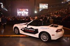 Nuevo coche como premio para el ganador de lotería durante el 50.o concierto del cumpleaños del año de Viktor Drobysh en Barclay  Fotografía de archivo libre de regalías
