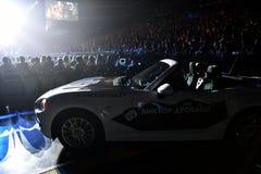 Nuevo coche como premio para el ganador de lotería durante el 50.o concierto del cumpleaños del año de Viktor Drobysh en Barclay  Fotografía de archivo