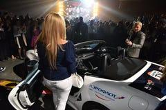 Nuevo coche como premio para el ganador de lotería durante el 50.o concierto del cumpleaños del año de Viktor Drobysh en Barclay  Imagenes de archivo
