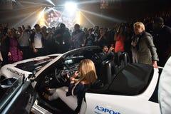 Nuevo coche como premio para el ganador de lotería durante el 50.o concierto del cumpleaños del año de Viktor Drobysh en Barclay  Imágenes de archivo libres de regalías