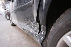 Nuevo coche dañado en un accidente. Imagen de archivo libre de regalías