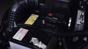 Nuevo coche de batería del primer en sala de máquinas almacen de metraje de vídeo