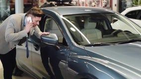 Nuevo coche de compra almacen de metraje de vídeo