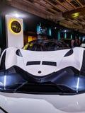 Nuevo coche del concepto del devel en la exhibición así como un bentley negro imagen de archivo