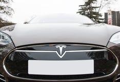 Nuevo coche del tesla con los números de matrícula en blanco Foto de archivo
