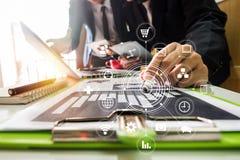 Nuevo comience para arriba el proyecto Encuentro de los encargados de las finanzas Ordenador portátil de la tableta de Digitaces imagenes de archivo