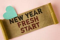Nuevo comienzo del Año Nuevo del texto de la escritura de la palabra El concepto del negocio por hora de seguir resoluciones alca Imágenes de archivo libres de regalías