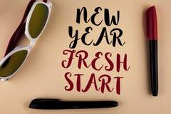 Nuevo comienzo del Año Nuevo del texto de la escritura de la palabra El concepto del negocio por hora de seguir resoluciones alca Imagen de archivo libre de regalías