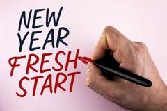 Nuevo comienzo del Año Nuevo del texto de la escritura de la palabra El concepto del negocio por hora de seguir resoluciones alca Foto de archivo libre de regalías