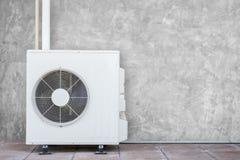 Nuevo compresor del aire acondicionado cerca de la pared imagen de archivo