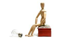 Nuevo concepto de la idea Figura de madera del hombre y bulbo eléctrico ligero Imagen de archivo