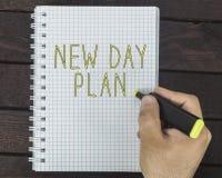 Nuevo concepto de la vida del día Dé la escritura de nuevo plan del día en una libreta Imagenes de archivo