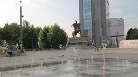 Nuevo cuadrado Pristina de Skanderbeg de la fuente almacen de metraje de vídeo
