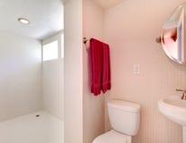 Nuevo cuarto de baño blanco con los azulejos todo alrededor. foto de archivo