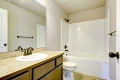 Nuevo cuarto de baño casero con la ducha y el baño. imágenes de archivo libres de regalías