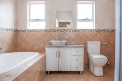 Nuevo cuarto de baño con el baño, el lavabo, y Toilette Foto de archivo libre de regalías