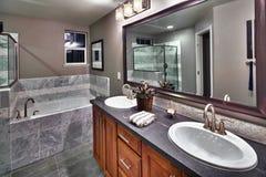 Nuevo cuarto de baño residencial fotos de archivo