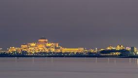 Nuevo día del palacio presidencial al timelapse de la noche Abu Dhabi, United Arab Emirates almacen de metraje de vídeo