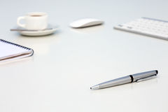 Nuevo día en la tabla blanca del concepto de la oficina con la libreta del espacio en blanco del ordenador y la taza de vista lat foto de archivo