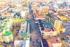Nuevo día que comienza en paisaje aéreo de la pequeña ciudad fotografía de archivo libre de regalías