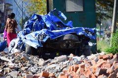 Nuevo daño del coche después del desastre del terremoto Fotografía de archivo