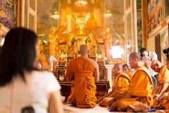 Nuevo de la ceremonia de la gente de Unidentifield ordenado en el templo Tailandia de Royong Fotos de archivo
