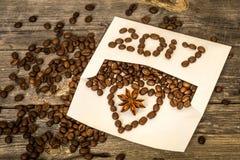 Nuevo 2017 de los granos de café en el sobre blanco Imagen de archivo