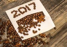 Nuevo 2017 de los granos de café en el sobre blanco Foto de archivo libre de regalías