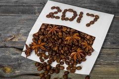 Nuevo 2017 de los granos de café en el sobre blanco Fotografía de archivo