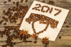 Nuevo 2017 de los granos de café en el sobre blanco Foto de archivo