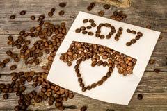 Nuevo 2017 de los granos de café en el sobre blanco Fotos de archivo