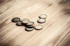 Nuevo dinero Belorussian en fondo de madera 2 rublos de monedas Imagenes de archivo